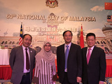 张少龙主席(右一)、焦东村大使(右一)、冯广平秘书长(右二)与马来西亚公使Razida Razak在马来西亚国庆六十周年大会上