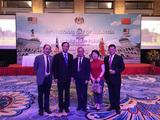 焦东村大使(右一)、张少龙主席(左一)、冯广平秘书长(左二)在马来西亚国庆六十周年大会上